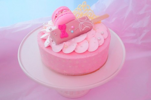 練乳といちごのムースケーキ【マカロンのせ】