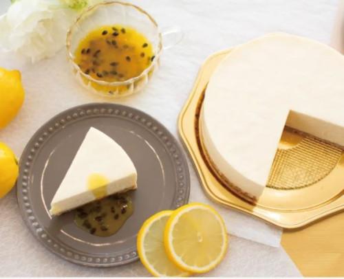 パッションフルーツのソース付き エレガントなレアチーズケーキ 15cmホールケーキ