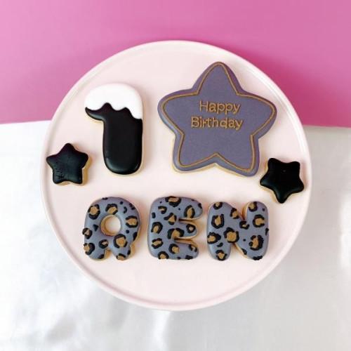 豹柄 星☆アイシングクッキーセット(プレート+装飾星2つ)+でお好きなアルファベットや数字をお選びください。オリジナルメッセージ可。全8色。誕生日や記念日,推しのお祝いなどにオススメ♡【アルファベット・数字:1枚】