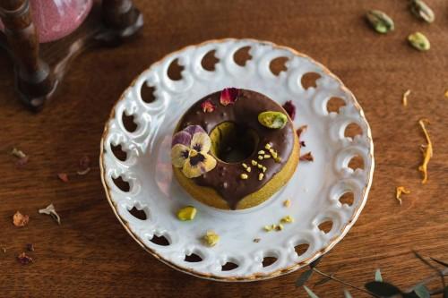 お花の焼きドーナツ「ピスタチオ×ビオラ」 1個