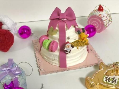 豪華3段ケーキ プレゼントケーキ(マカロン付き)ピンクリボン 4号【クリスマス2021】
